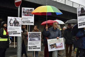 Foto: Ralf Henning Mit dabei: Claus Kittsteiner (Respekt für Griechenland/Attac) unter dem großen, bunten Regenschirm
