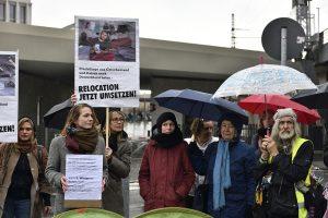 Mit dabei Hilde Schramm (Respekt für Griechenland), Dritte von rechts